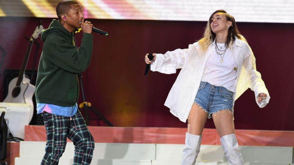 Pharrel Williams y Miley Cirus durante su actuación en el Manchester Arena