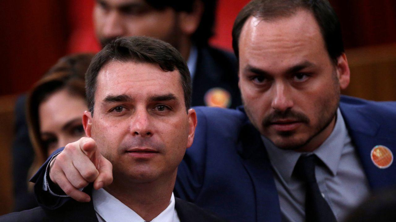 Dos de los hijos de Bolsonaro, Flávio y Carlos