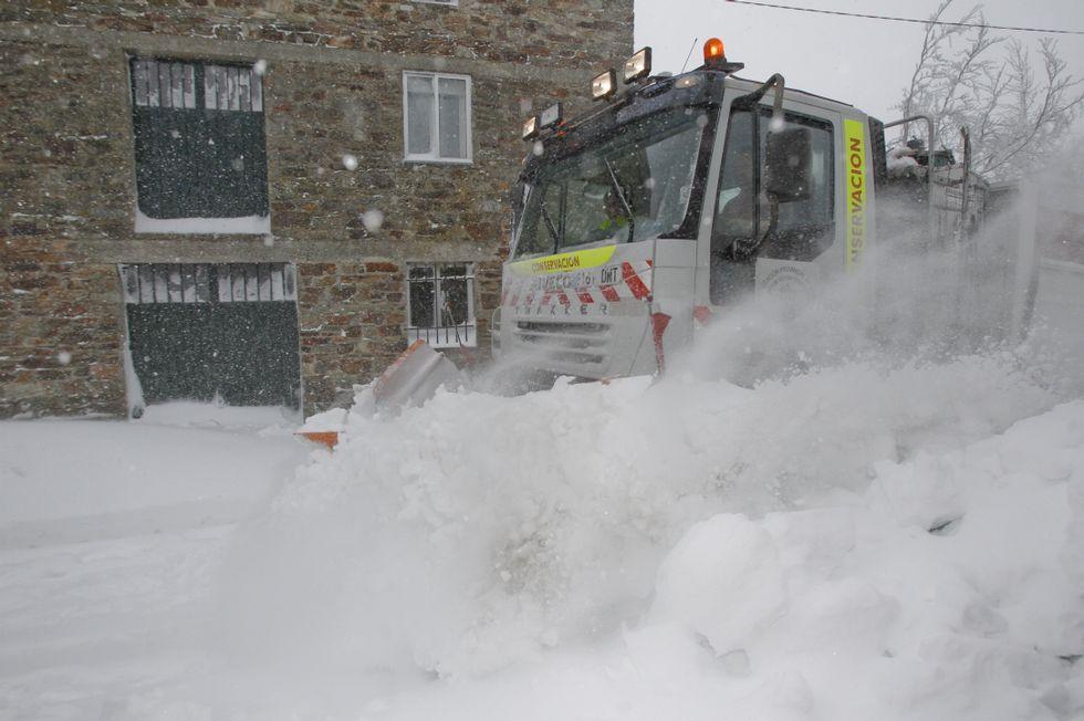 .<span lang= es-es >La ansiada quitanieves</span>. A las cuatro de la tarde del miércoles hizo su único paso del día la máquina de la Diputación, limpiando la vía principal. Media hora después volvía a estar cubierta de nieve.
