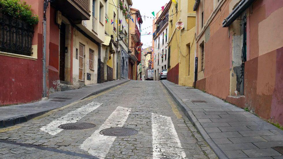 Imagen de la nube de contaminación en Gijón tomada por la Coordinadora Ecologista.La calle Vicaría, en Cimadevilla