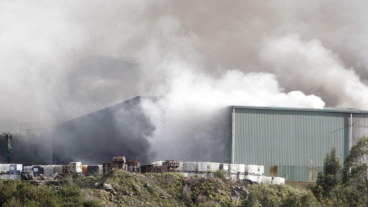 Bomberos de Ferrol y O Eume tratan de sofocar un incendio en una nave de Sogarisa