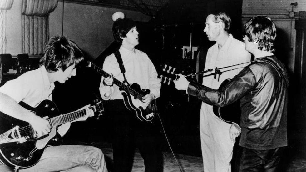 George Martin (segundo por la derecha), en una sesión de los Beatles