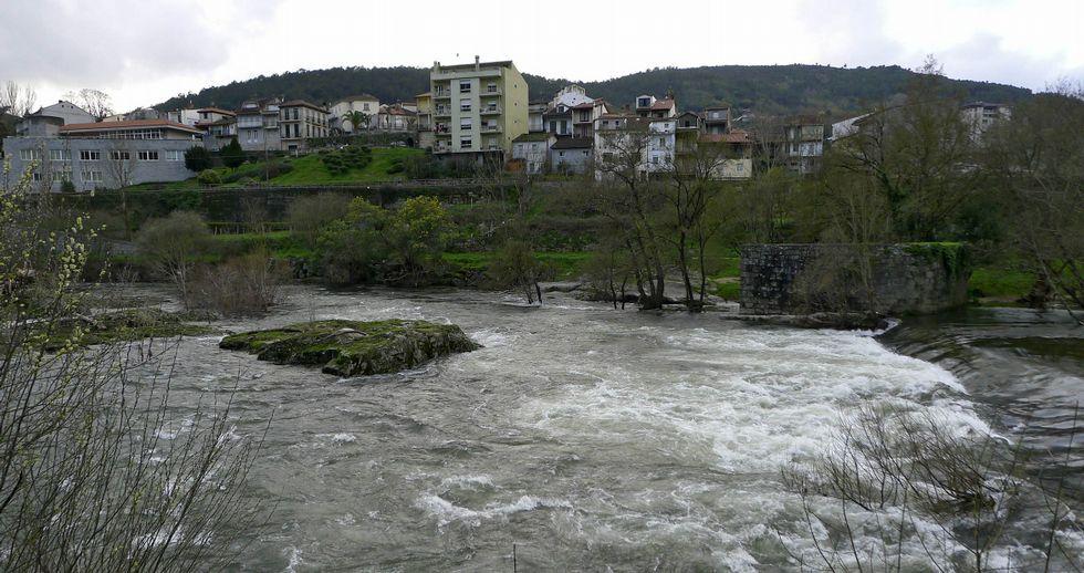 La nieve cubre de blanco las zonas altas de Galicia.Imagen de antenas colocadas en tejados del centro de la capital ourensana.