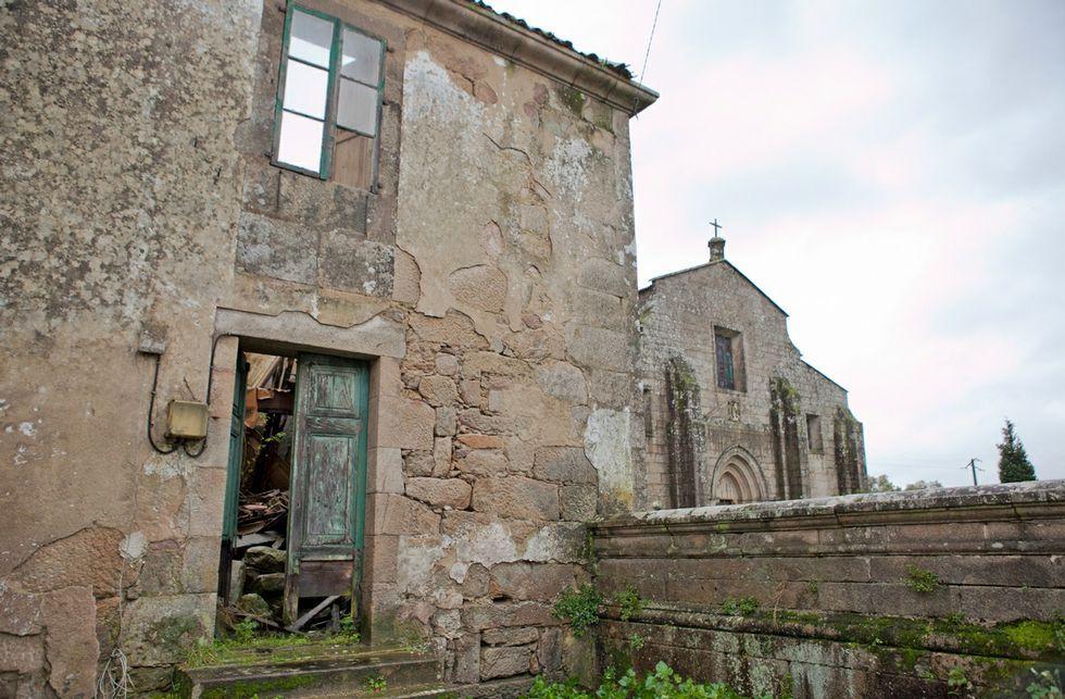 La antigua casa de los capellanes de Iria presenta un estado de ruina total desde hace años.