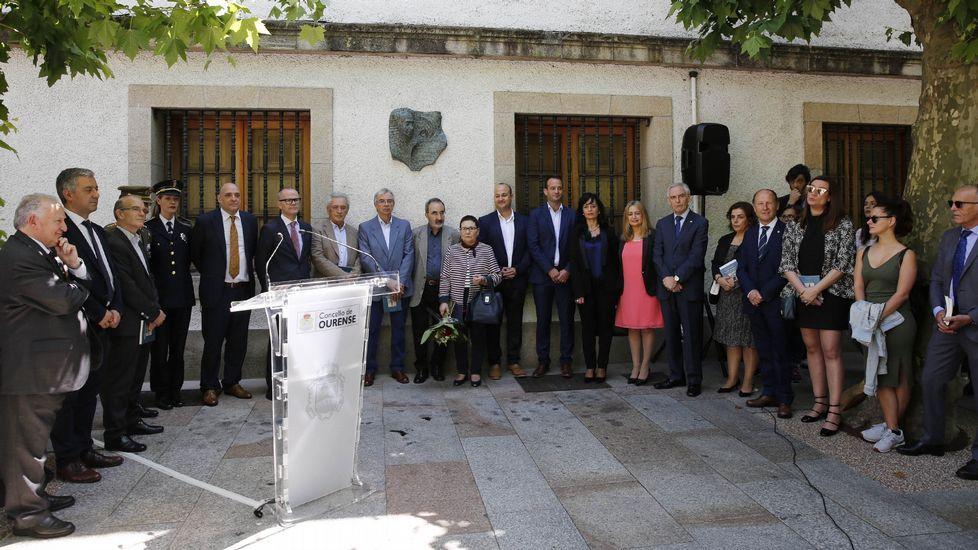 A Festa da Palabra.Descuberta da placa-escultura de Carlos Casares feita polo escultor Xosé Cid, nos xardíns Bispo Cesáreo de Ourense