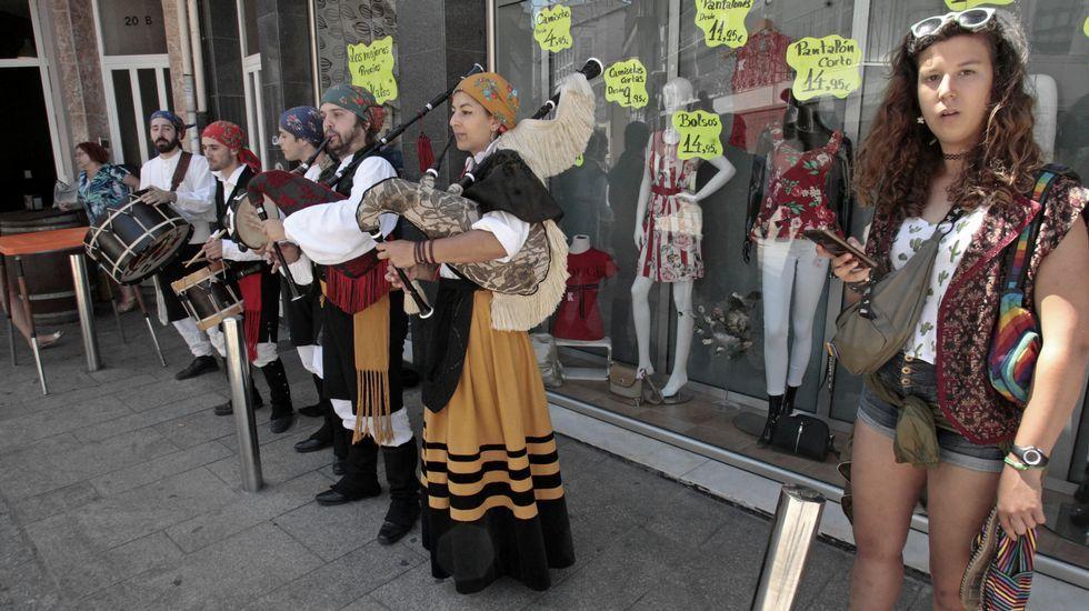 La procesión previa a la ofrenda floral, con la torre del castillo de San Vicente de fondo.En el Día do Gaiteiro, media docena de grupos de música tradicional actuaron en diferentes puntos del centro de Monforte