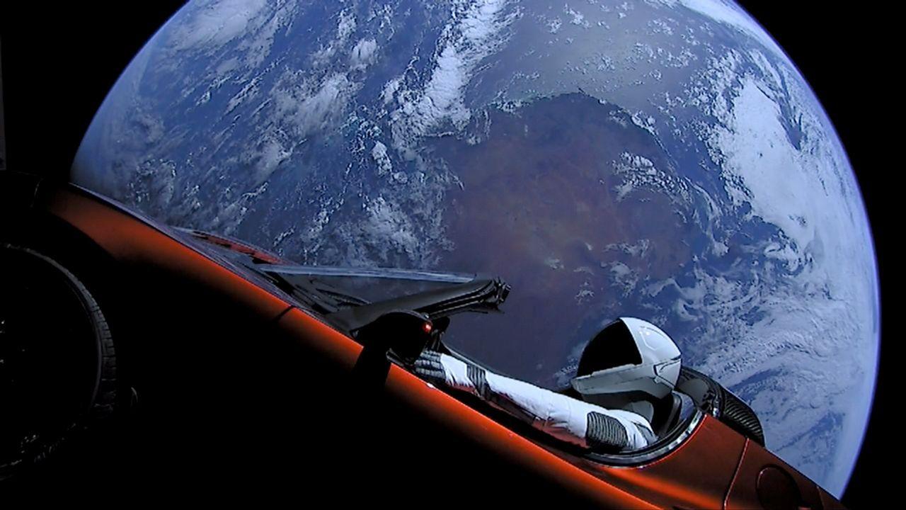 El Tesla enviado a Marte, flotando en el espacio
