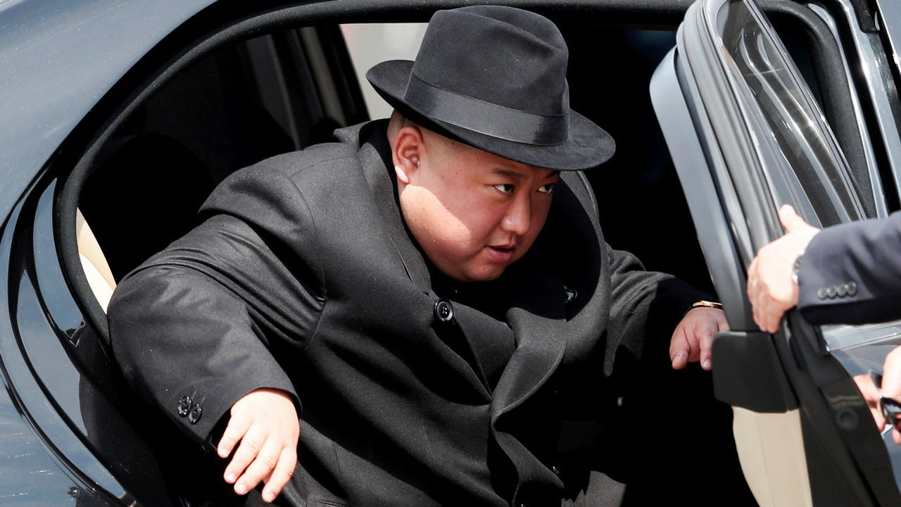 Kim Jong-un llega a la estación de trenes de Vladivostok para tomar su tren blindado con destino a Piongyang