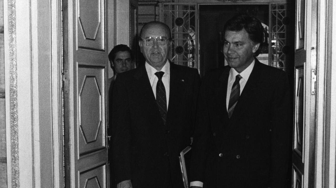 .Fernández Albor recibe al entonces presidente del Gobierno, Felipe González, en el palacio de Raxoi