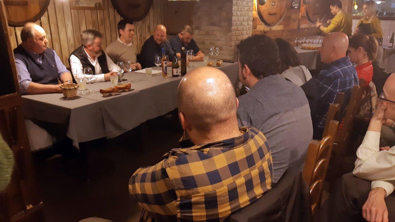 De izquierda a derecha de la mesa, Tino Vázquez, del llagar Panizales; Francisco Ordóñez, de Vida de Angelón, David Fernández-Prada, de Gustatio; David Castañón, escritor gatronómico, y Pedro Caramés, presidente del Bulevar de la Sidra