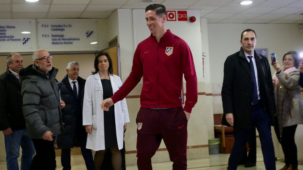 Acogida de la afición coruñesa a Fernando Torres a la salida del hospital