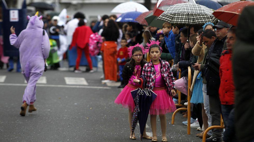 Los paraguas asomaron entre el público en diferentes momentos del desfile