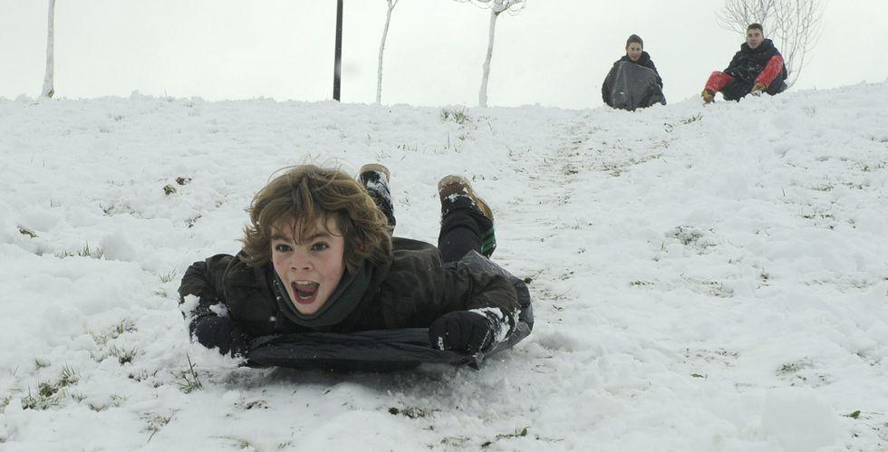 <span lang= es-es >La nieve, diversión para los más pequeños</span>. La otra cara de la nieve es la que viven los más pequeños, que ayer pudieron disfrutar de una estampa poco habitual en sus ciudades ya que miles de ellos no acudieron a clase; en la foto un niño se desliza en trineo en Lalín.
