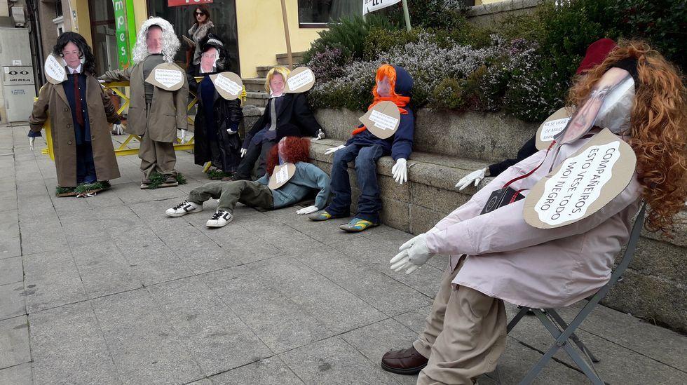 Un grupo de compadres na praza de España de Monforte