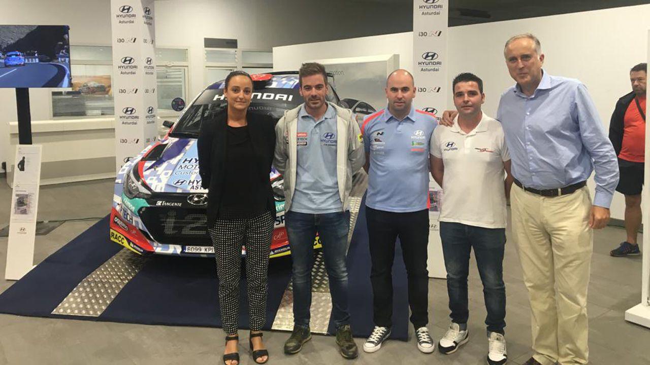 Rosa Martínez, responsable del Concesionario Asturdai, los pilotos Suárez, Pernía y Ares y Juan José Saavedra, el director de Comunicación de Hyundai España, en la presentación del equipo de rallye de Hyundai