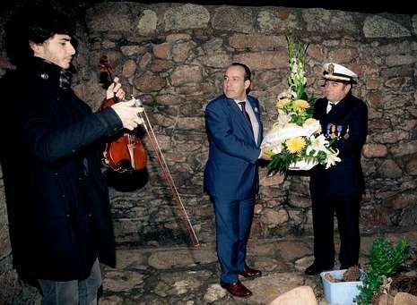 El violinista Antonio Rumbo, el alcalde de Camariñas, Manuel Alonso, y el delegado de la Real Liga Naval Española, José Manuel Pato, durante la ofrenda floral a los náufragos del «Serpent»