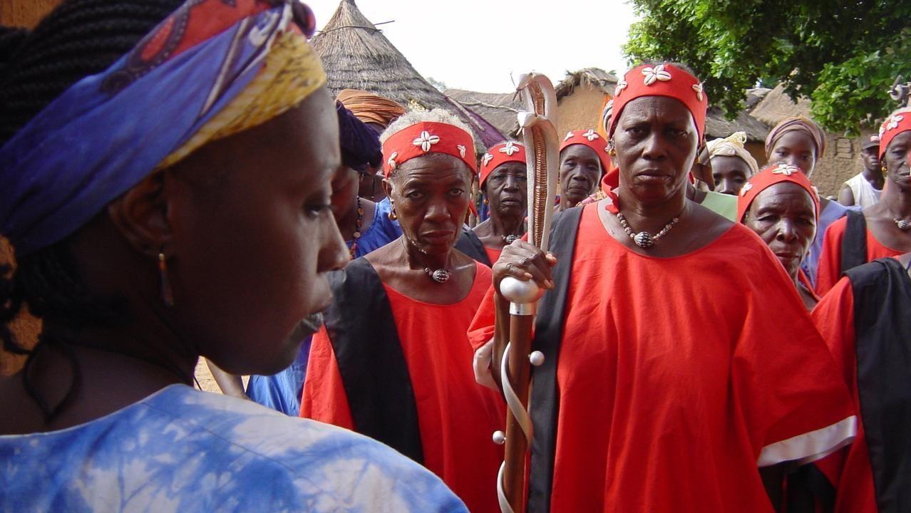 Miembros de la asociación de Avimun preparan oganizan las cajas de donaciones con destino a Senegal