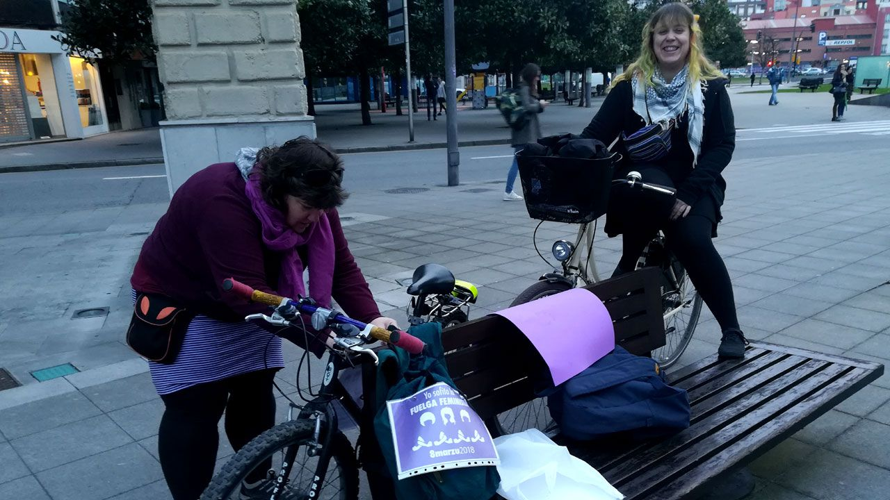 .Huelguistas del 8M preparan sus bicicletas para el «bicipiquete» en la plaza del Humedal de Gijón