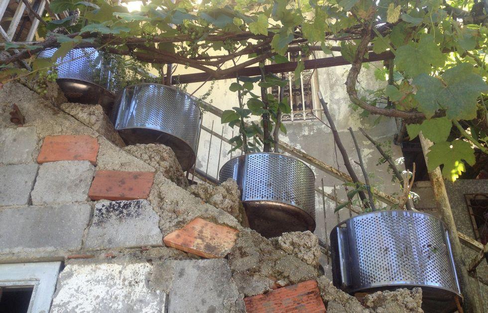 .<span lang= es-es >Una «maceta» clásica</span>. En A Ponte Vella de Arriba, en Santiago, a los tambores de lavadora se les dio otro uso.