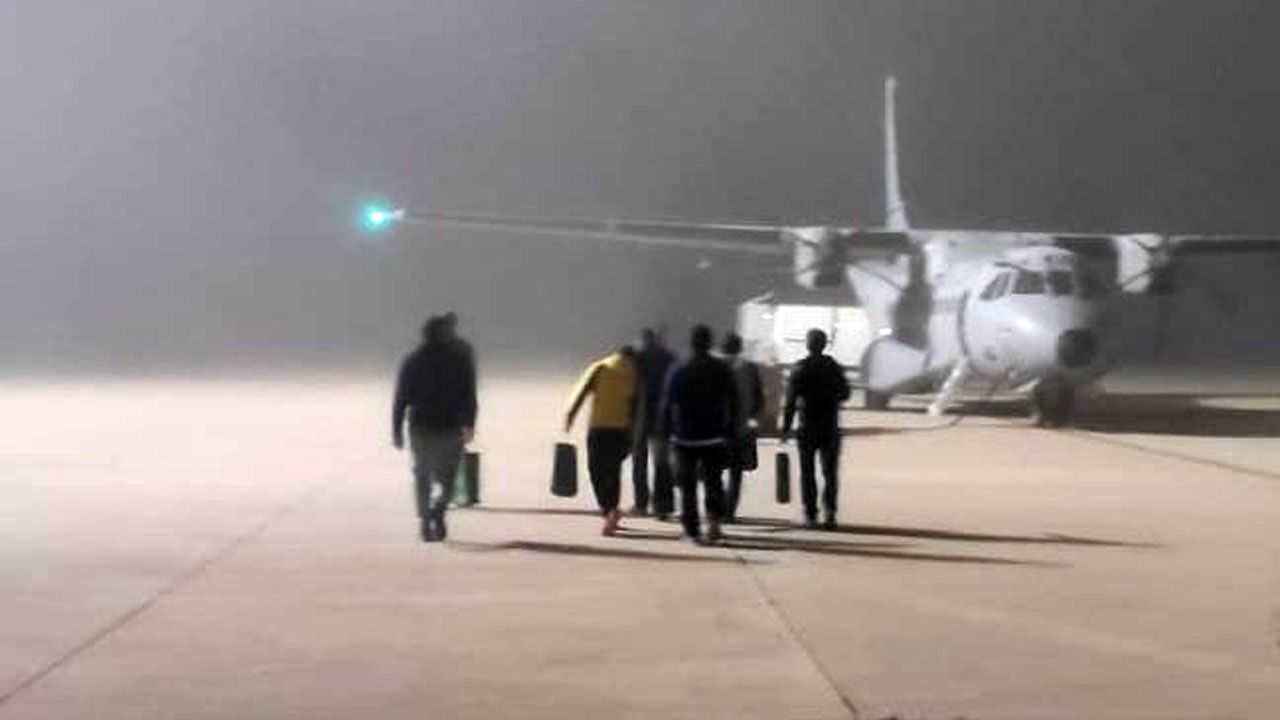 La oficialidá, una lucha intergeneracional.Los integrantes de la Brigada Central de Salvamento Minero a punto de embarcar en el Airbus hacia Asturias