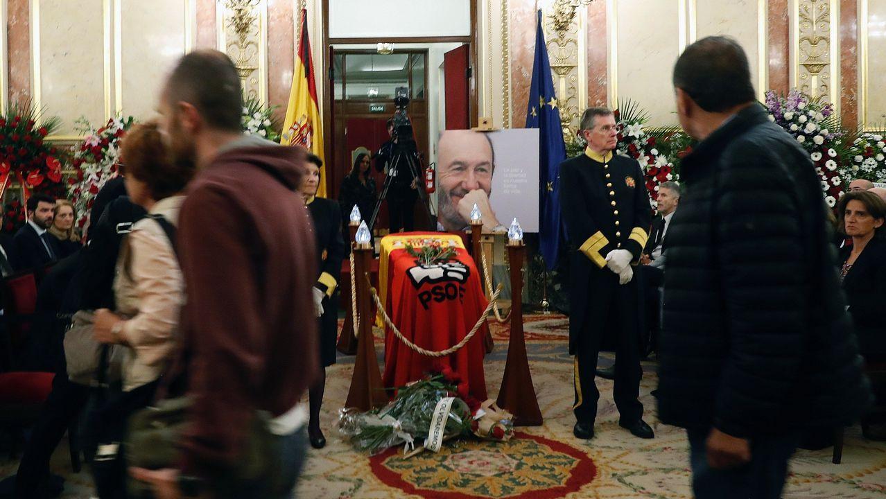 El último adiós a Rubalcaba, en imágenes.Autoridades y familiares reciben en el Congreso el féretro de Pérez Rubalcaba