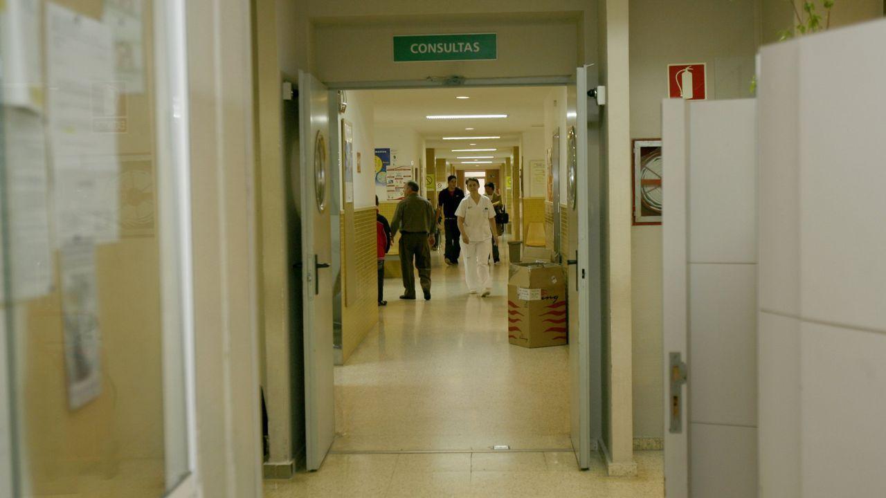 Ángel Carracedo: «La vida no es  House , no siempre es posible diagnosticarlo todo».Foto de archivo del traslado de un paciente en cama por un pasillo del hospital de Monforte.