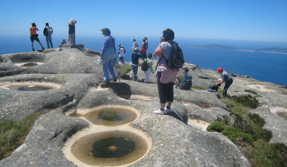 Las imágenes. Arriba, los Montes da Ruña. Abajo, vistas desde Laxe da Moa, el punto final de esta ruta.