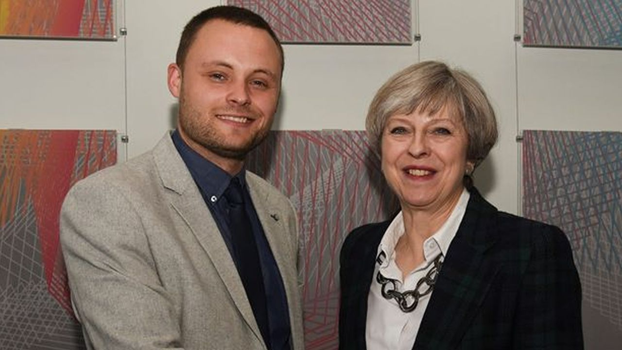 Ben Bradley, con Theresa May