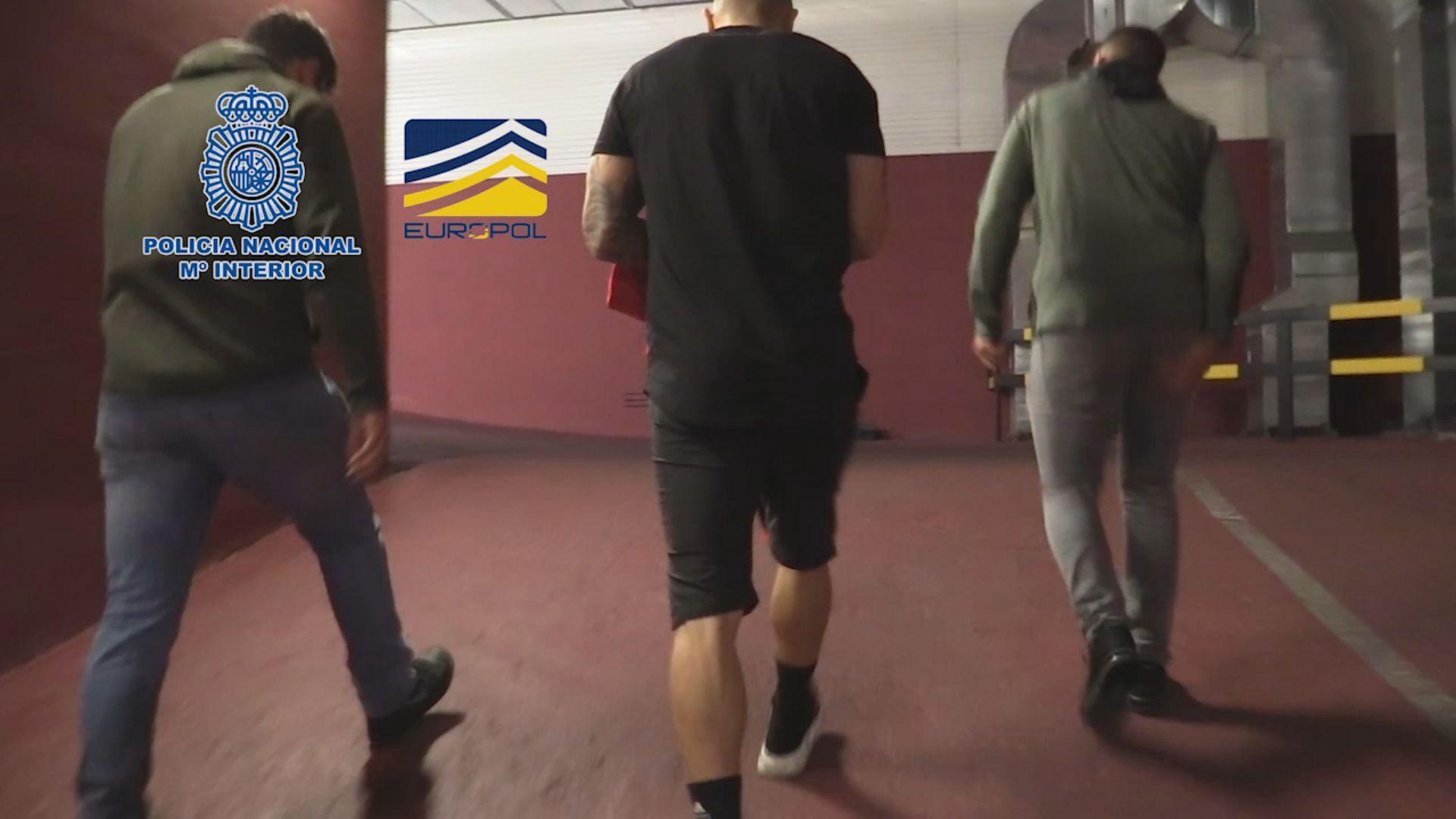 Operación Oikos: así han sido las detenciones y registros a varios futbolistas profesionales.Yoel Bárcenas ante Carlos Gutiérrez en el Real Oviedo-Numancia