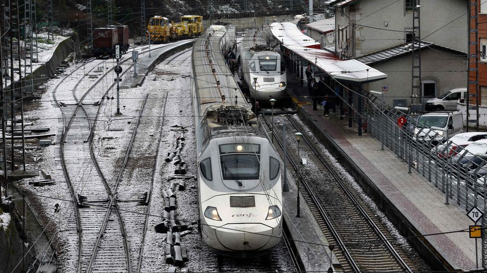 Trenes de Renfe estacionados en Pola de Lena. El temporal de nieve ha interrumpido esta mañana el tráfico ferroviario entre Asturias y León, por lo que Renfe ha puesto en marcha un plan alternativo de transporte de viajeros