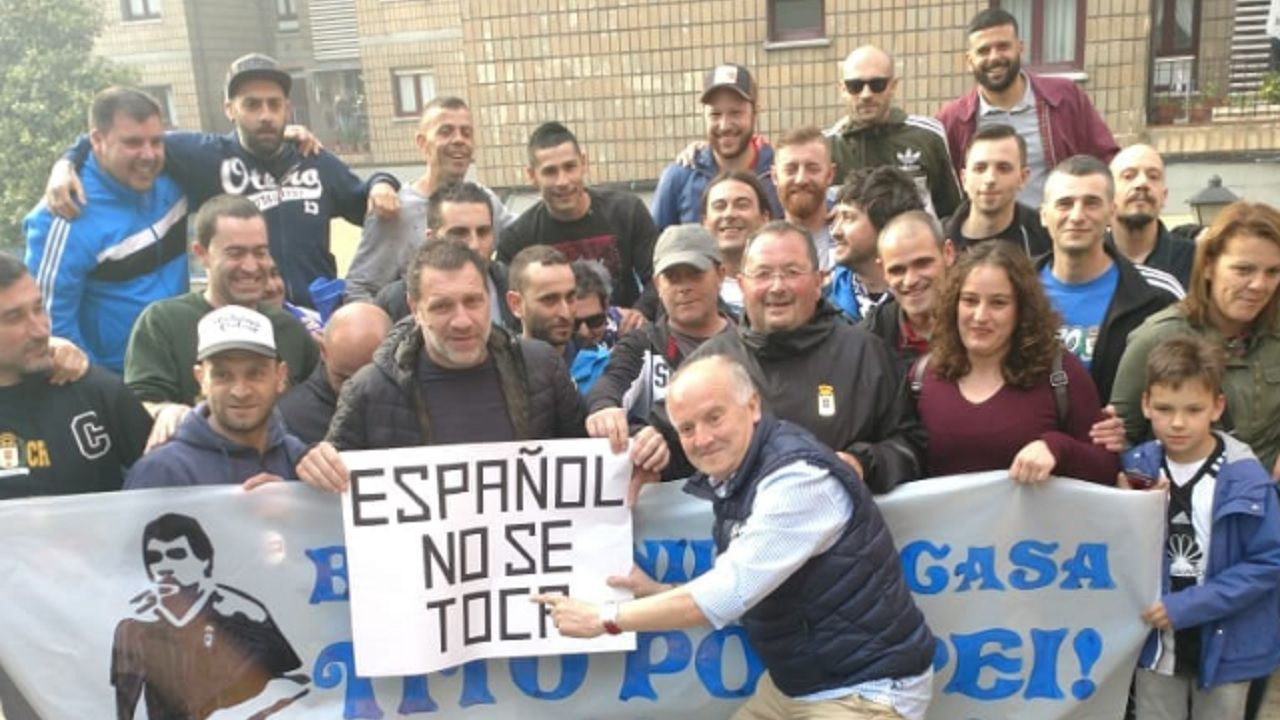 Pompei Real Oviedo.Pompei posa junto a la Peña Otero en su visita a Oviedo de 2018