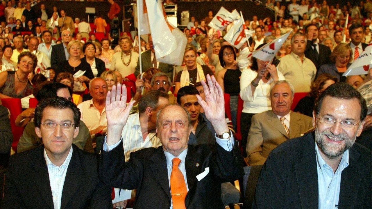 En 2005 la coalición formada por el PSOE y el BNG desalojó de la Xunta a Manuel Fraga, que puso en marcha su sucesión. En la imagen, Feijoo junto a Fraga y Rajoy en mitin de la campaña electoral.