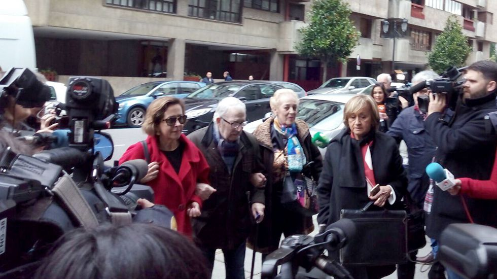 Fernández Villa, rodeado de medios, a su llegada a los juzgados