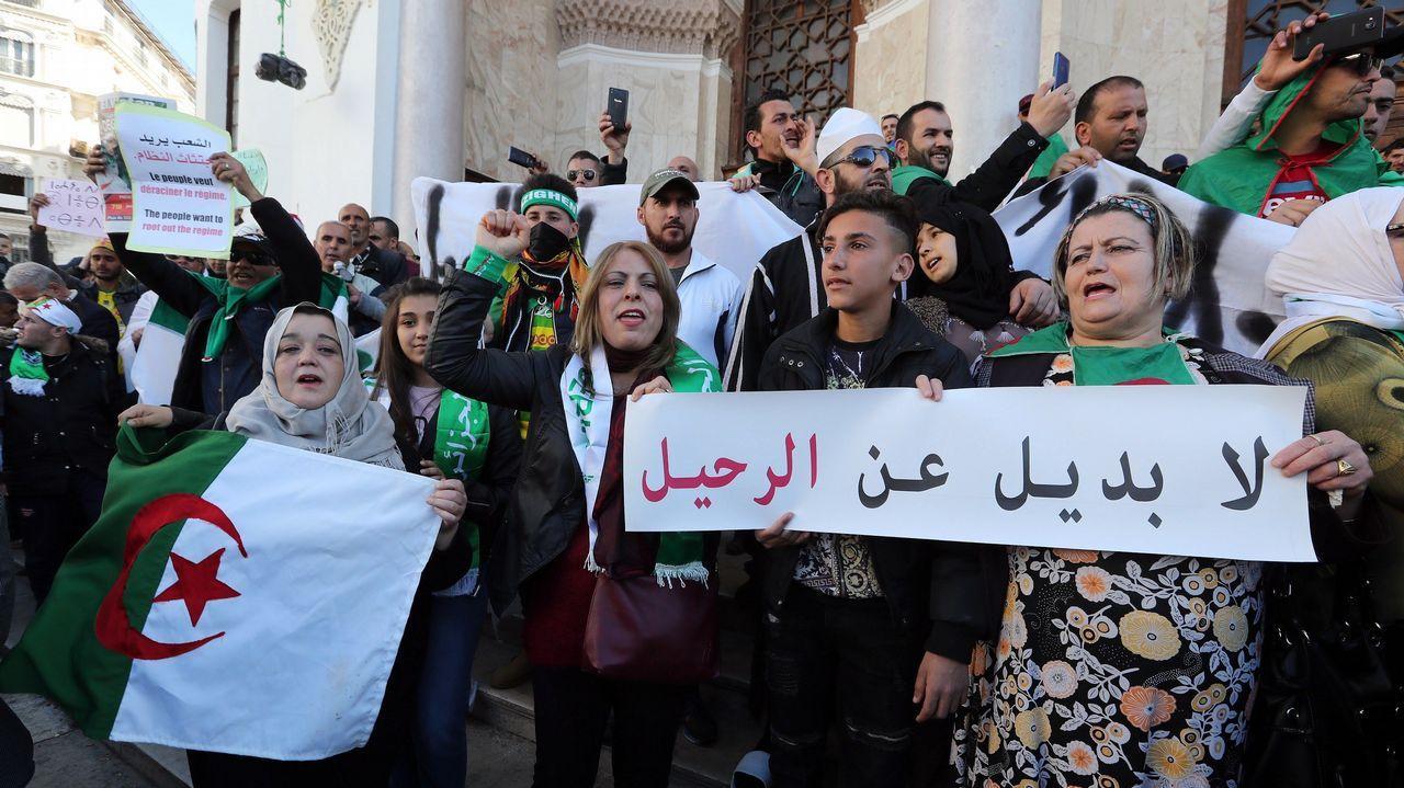 Protestas Argelia.Manifestantes con banderas argelinas durante la manifestación de hoy