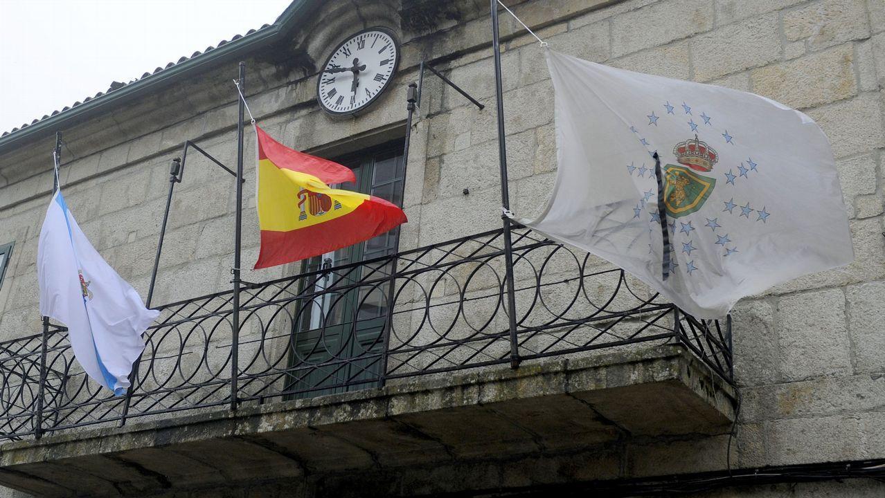 Bugallo, na praza do Obradoiro, a carón de varios grupos de peregrinos descansando