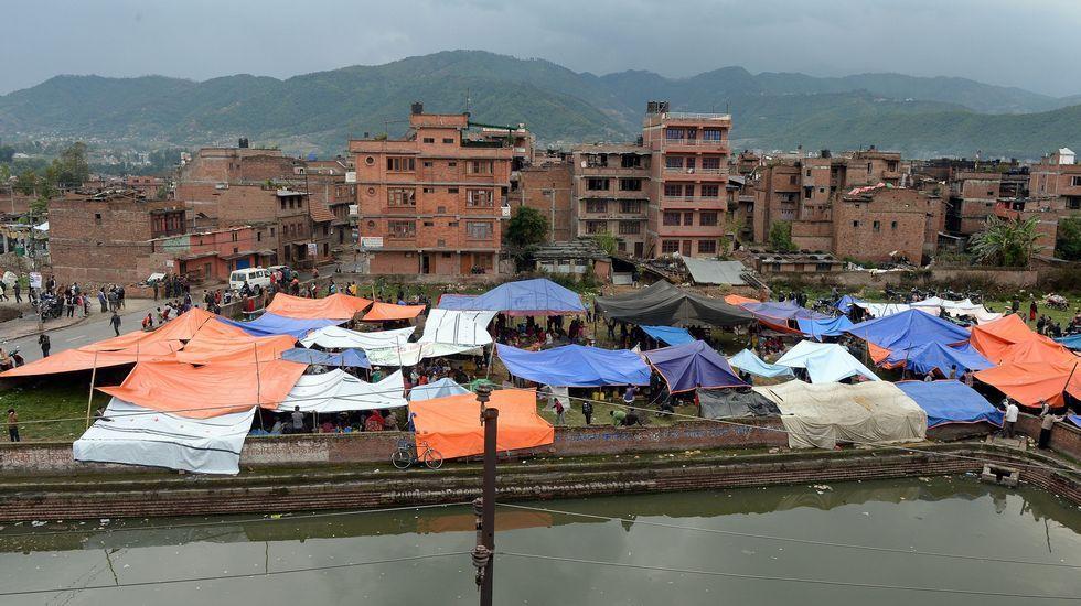 Refugios muy precarios de los desplazados por la catástrofe