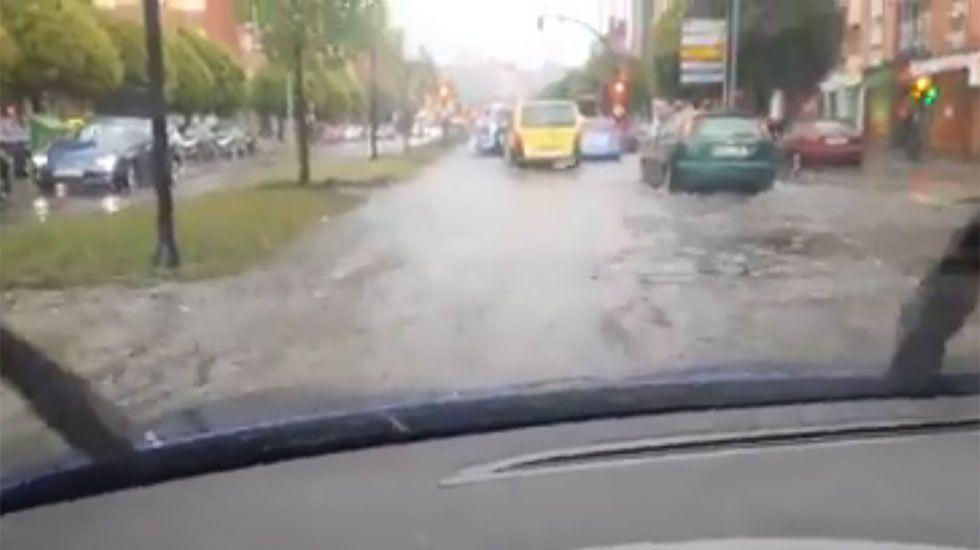 La avenida Gaspar García Laviana de Gijón, inundada por las lluvias.Negociaciones postelectorales tras el 15-J en la Casa del Pueblo de Gijón