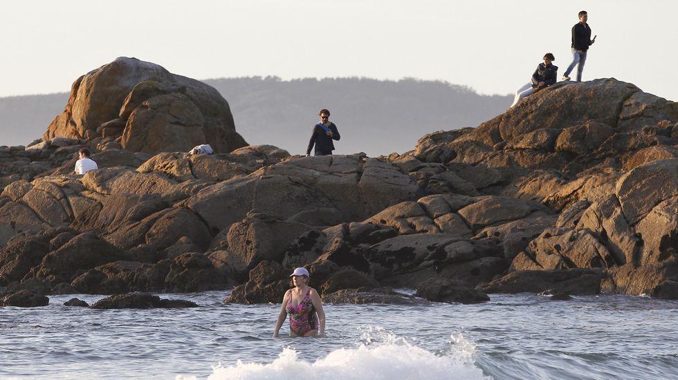 Los vigueses disfrutan de la playa en pleno diciembre