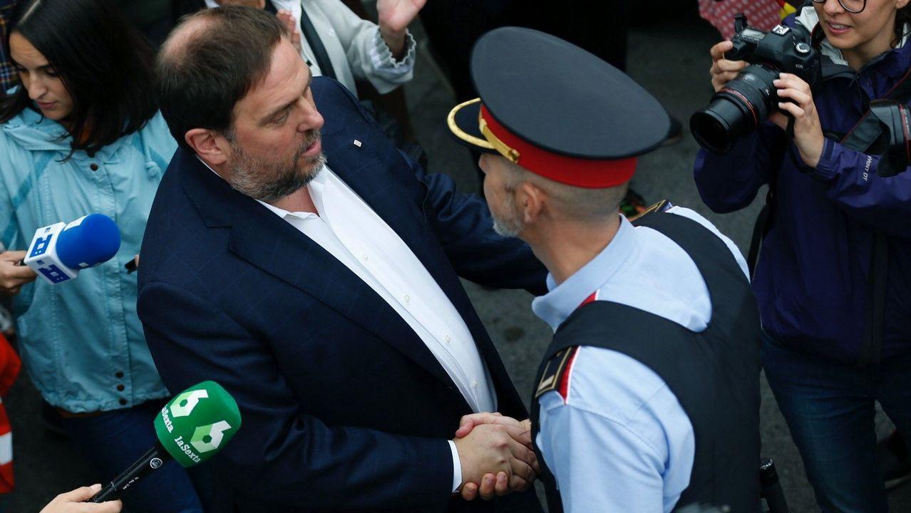 Referendo ilegal de Cataluña. Oriol Junqueras saluda a un agente de los Mossos