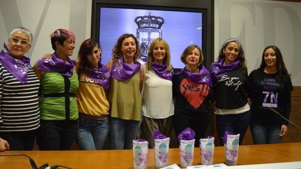 Representantes municipales, encabezadas por Ana Taboada, y de la Plataforma Feminista durante la presentación de la campaña