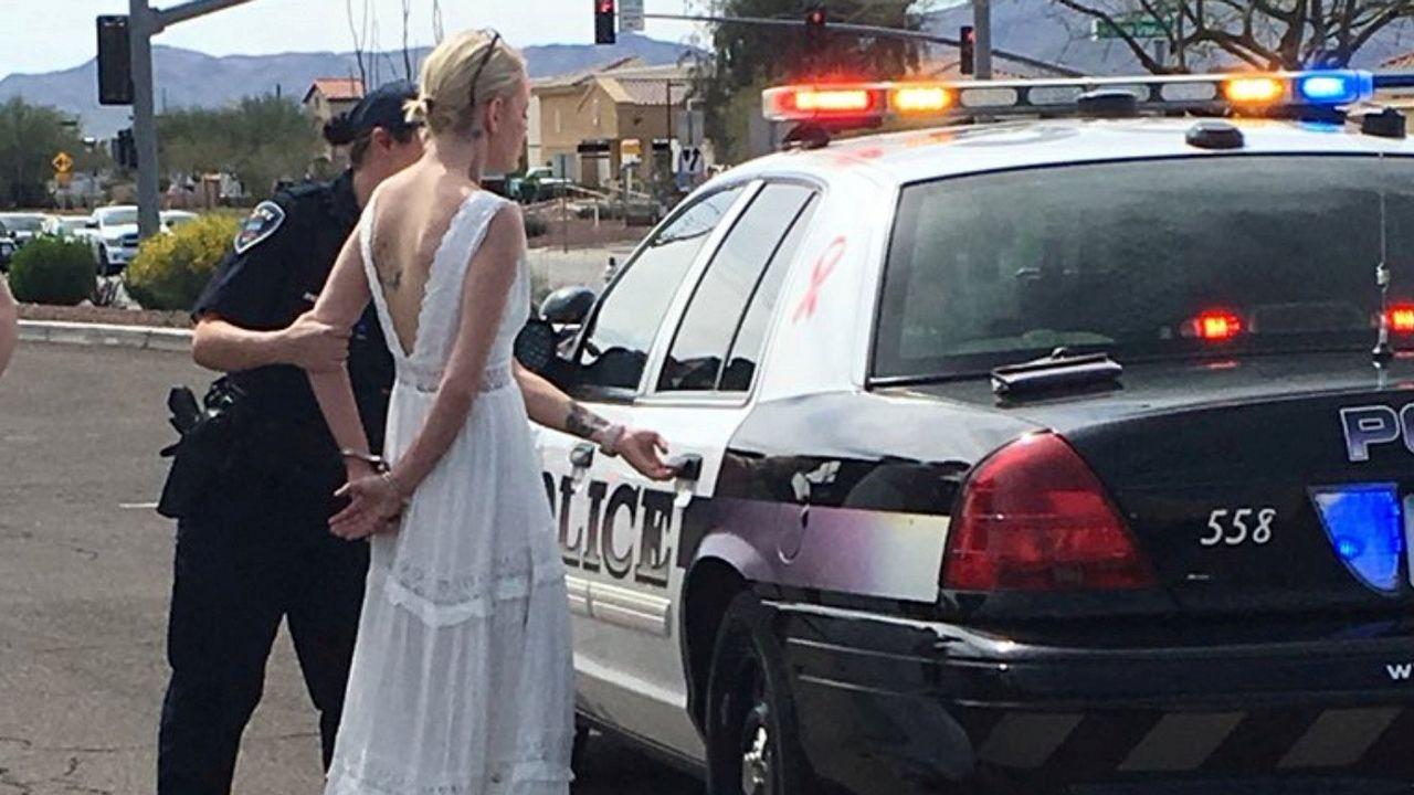 Una agente de policía conduce a una novia detenida tras provocar una accidente cuando se dirigía a su boda