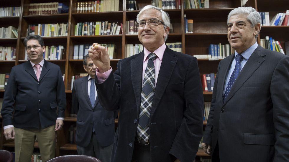 El secretario de la Audiencia de Sevilla, Luis Revilla, muestra la bola con el número 1 correspondiente a la sección primera que preside el ex alto cargo de la Junta de Andalucía, Pedro Izquierdo (a la izquierda)