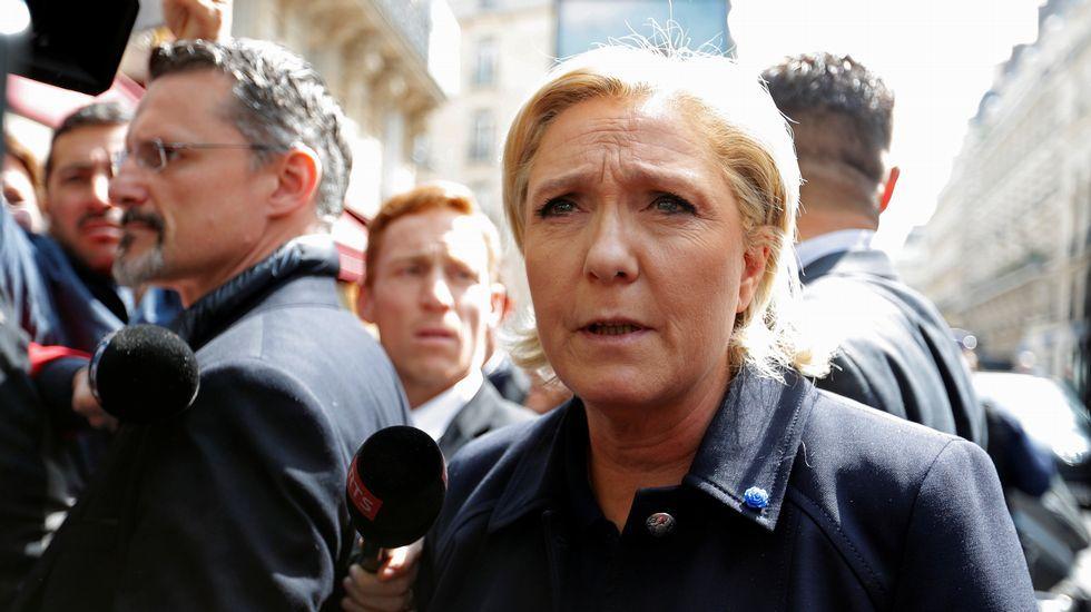 Brigitte Trogneux, esposa de Emmanuel Macron, con su marino en Oradour-sur-Glane