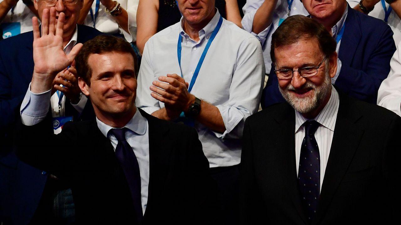 Casado saluda tras ser elegido presidente del PP en sustitución de Mariano Rajoy