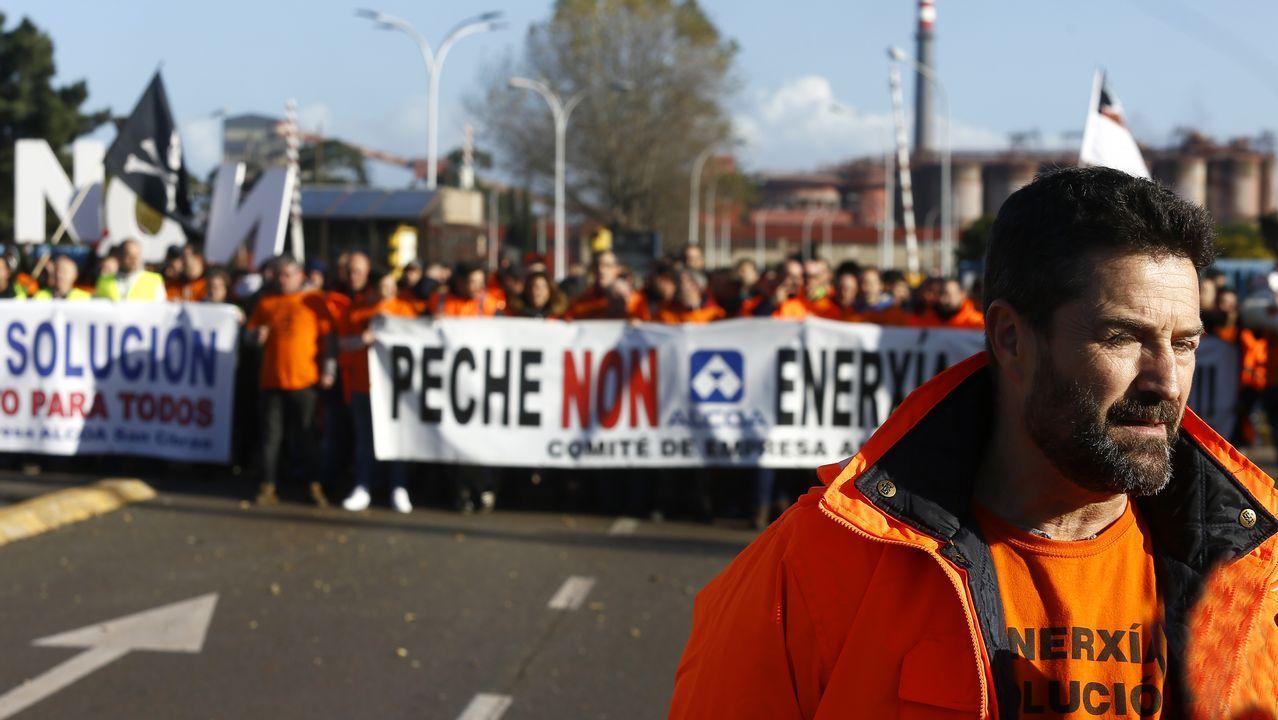 Sindicalistas de Alcoa A Coruña y Avilés protestan juntos en Vegadeo. La dirección de Alcoa ha trasladado a su Comité Europeo su decisión de cerrar sus plantas en Avilés y A Coruña