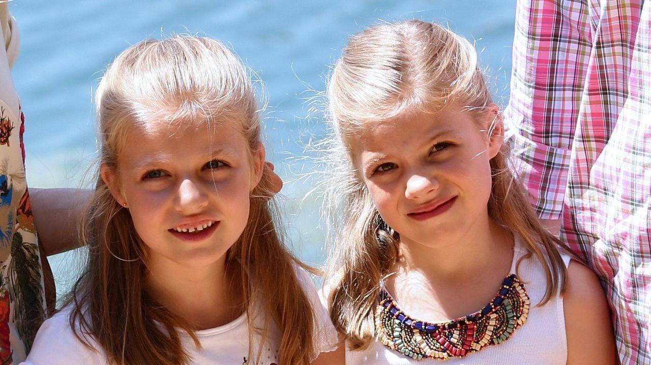 .La princesa Leonor y la infanta Sofía, durante un paseo en sus vacaciones en Mallorca en agosto de 2014