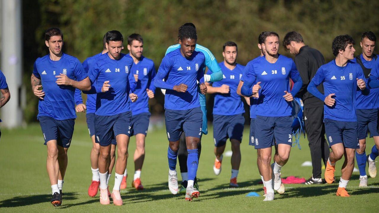 Convocatoria entrenamiento Real Oviedo Requexon.Carlos Martínez, en el centro, saluda a la afición tras el derbi