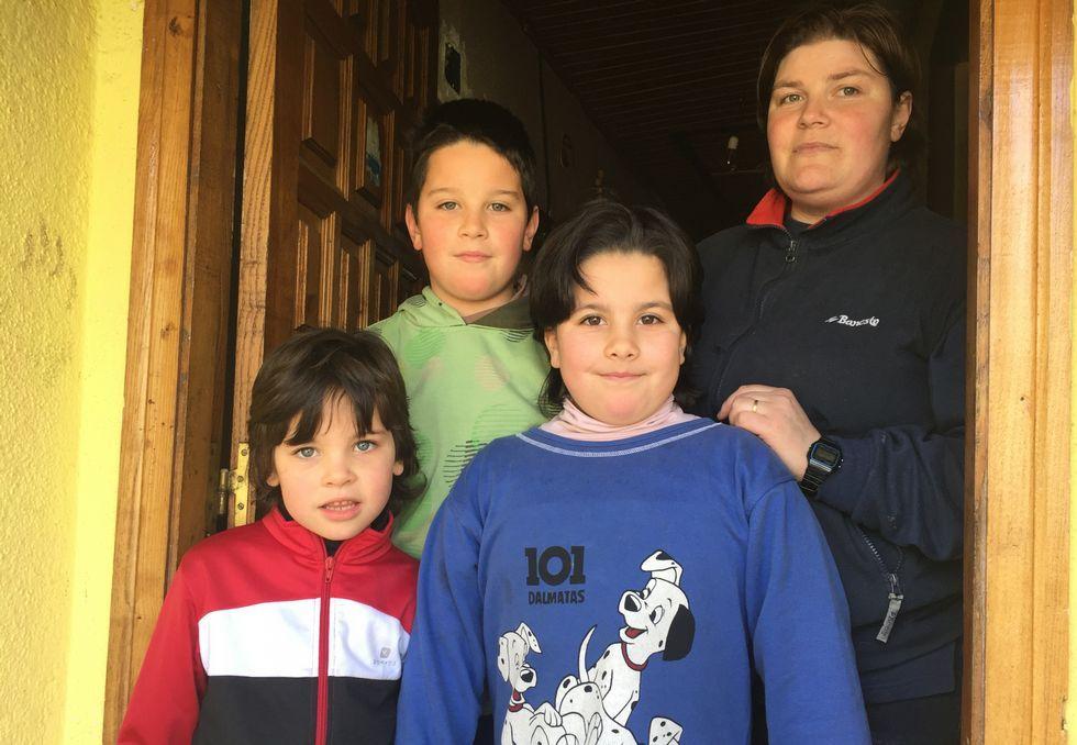 .Patricia y sus tres hijos en Edrada (Parada de Sil).