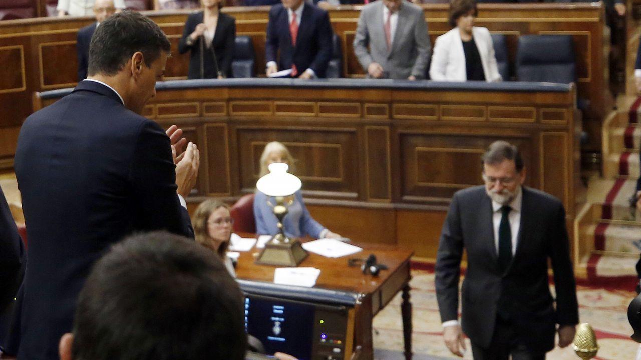 Mariano Rajoy se dirige hacia donde está Pedro Sánchez para saludarle tras el triunfo de su moción de censura.
