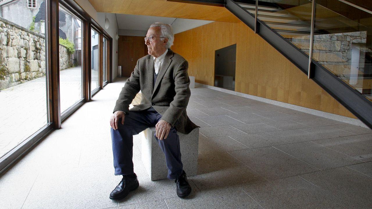 Manuel Gallego Jorreto, no auditorio da Illa de Arousa, unha das súas obras